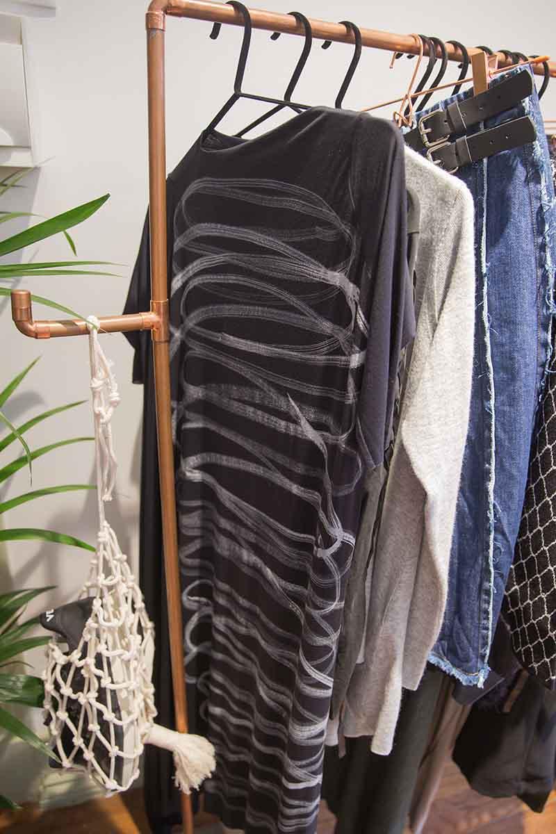fd666334e020 Entre os dias 22 de setembro e 12 de novembro, a Casa Pau-Brasil terá uma  pop-up store única onde 10 marcas brasileiras de moda apresentam as suas  coleções.