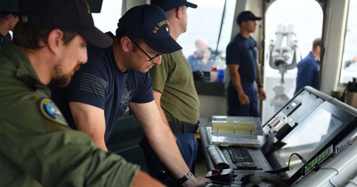 Oficial da Marinha missão Guarda Costeira