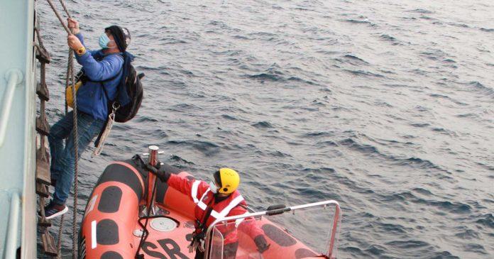 Navio patrulha salva velejador solitário