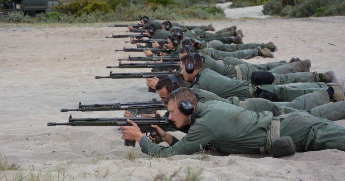 cadetes da Marinha em exercício militar